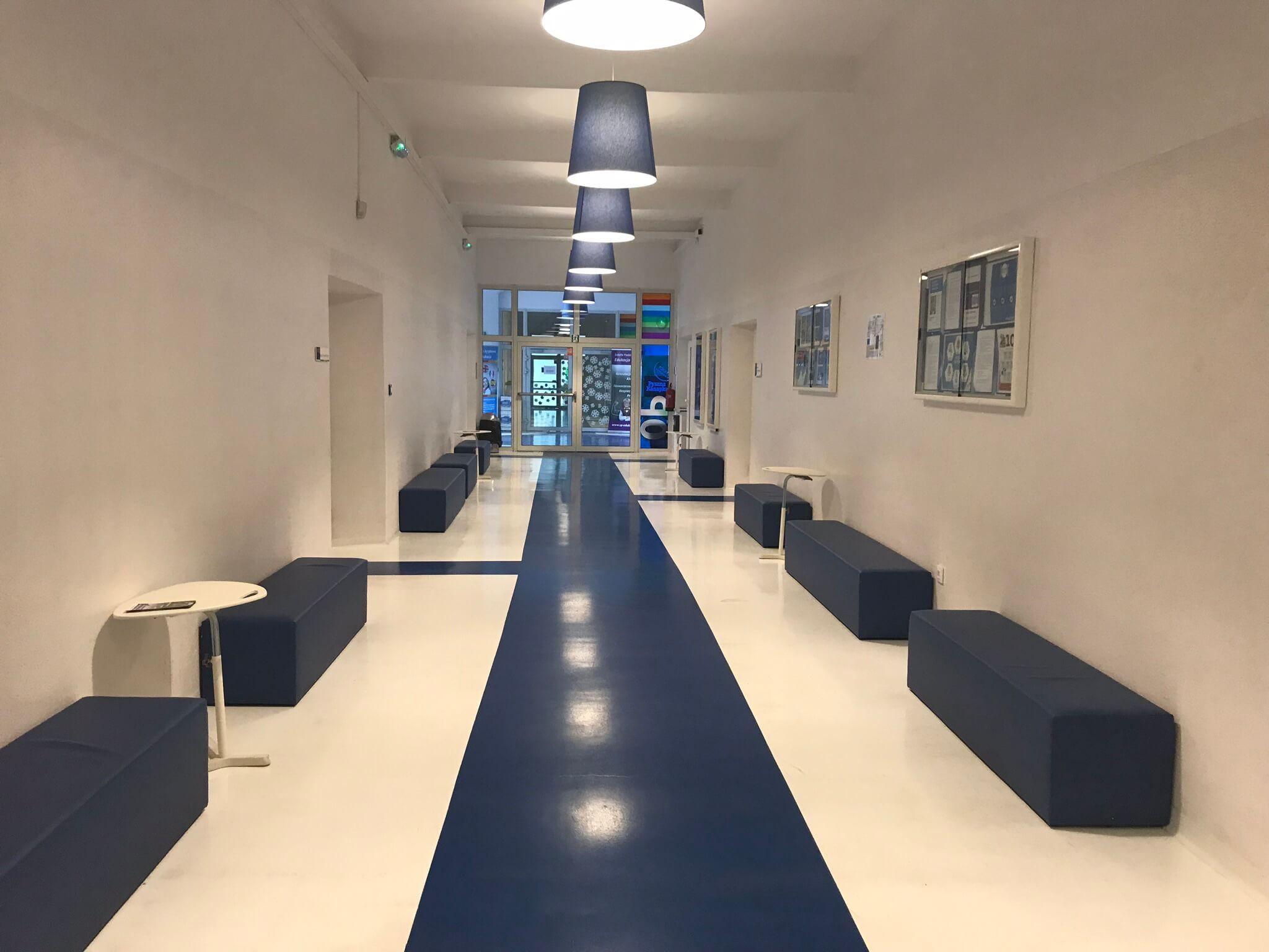 Korytarz niebieski w szkole podstawowej we Wrocławiu