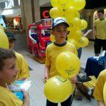 Uczeń Szkoły Podstawowej Edukacja trzymający baloniki