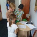Uczniowie w pokoju dyrektora