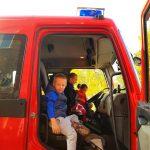 Uczniowie w wozie strażackim