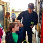 Uczniowie szkoły podstawowej we Wrocławiu ze strażakiem