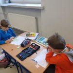 Uczniowie w klasie podstawówki