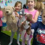 Dzieci podczas dnia pluszowego misia