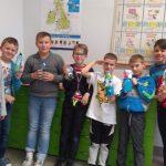 Uczniowie podstawówki ze swoimi dziełami