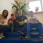 Uczniowie Szkoły Podstawowej z licealistami