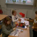 Uczniowie wręczający walentynki