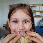 Uczennica podczas jedzenia pączka
