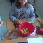 Dzieci przygotowujące sałatkę