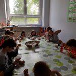 Uczniowie w trakcie posiłku w SP