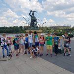 Uczniowie pod Warszawską Syrenką