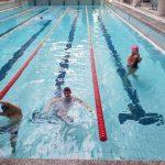 Zajęcia szkoły podstawowej na basenie