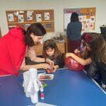 Nauczycielka z dziećmi podczas zabaw