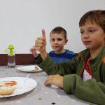 Uczniowie podstawówki na śniadaniu