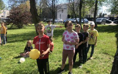 Pierwsze majowe zabawy na podwórku