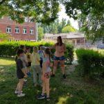 Uczniowie na terenach zielonych szkoły