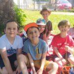 Dzieci podczas zajęć na zewnątrz