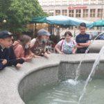 Uczniowie przy fontannie