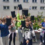 Dzieci na dziedzińcu szkoły