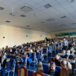 Widownia podczas uroczystości w SP Edukacja we Wrocławiu